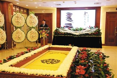 告别厅内,八宝山殡仪馆金牌主持人正在为到访者演示告别仪式。