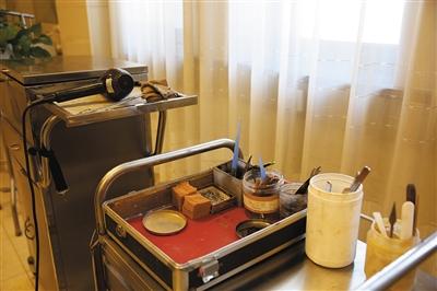 八宝山殡仪馆遗体整容室内陈列的整容时所用的工具。